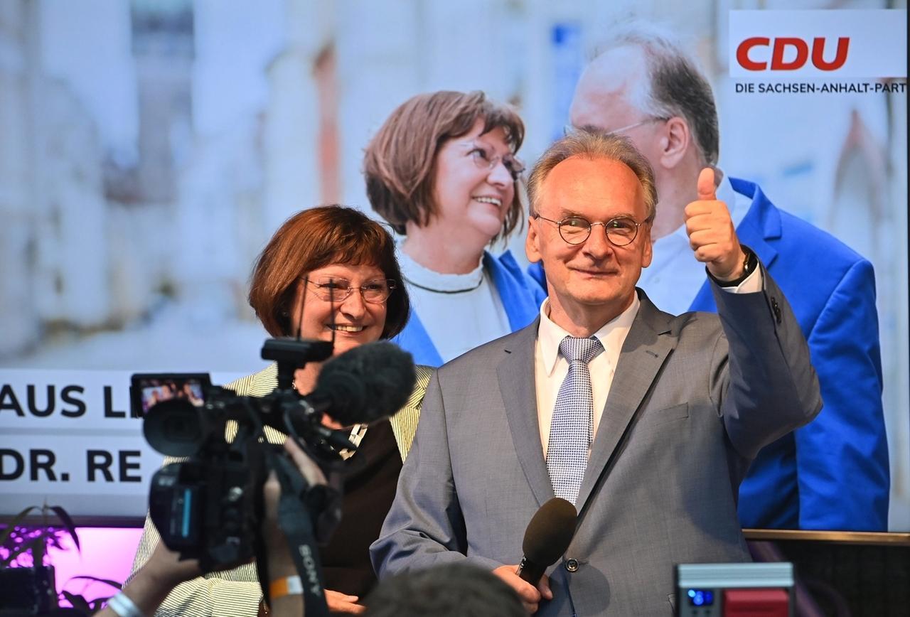 Reiner Haseloff, CDU, Ministerpräsident von Sachsen-Anhalt und seine Ehefrau Gabriele jubeln auf der CDU Wahlparty.