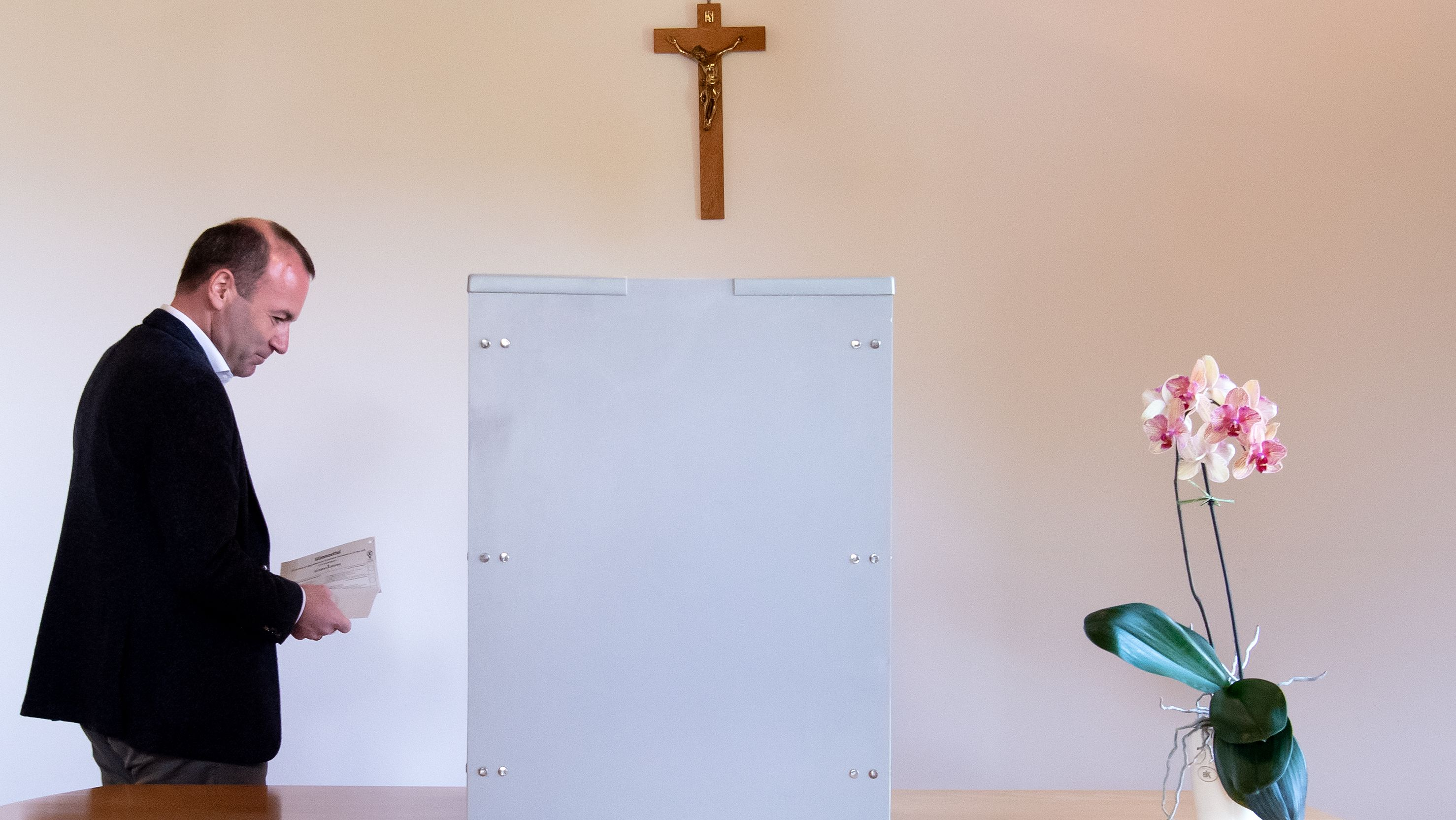 Manfred Weber an der Wahlurne