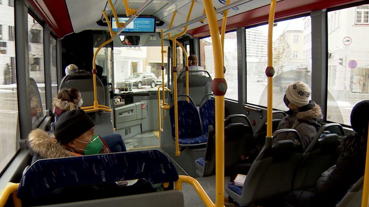 Menschen sitzen in der Straßenbahn
