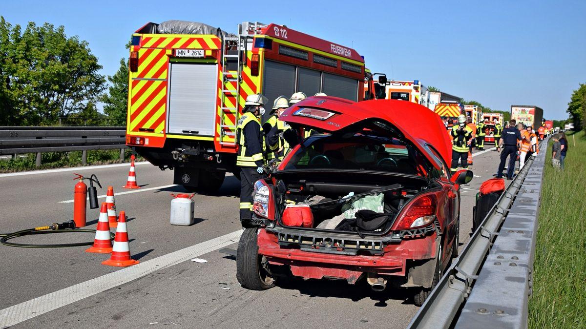Das zerstörte Auto des getöteten 18-Jährigen steht auf dem Seitenstreifen auf der A96