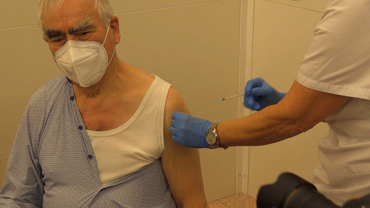 Theo Waigel wird gegen Corona geimpft