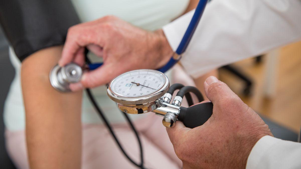 Symbolbild: Blutdruckmessung durch einen Hausarzt