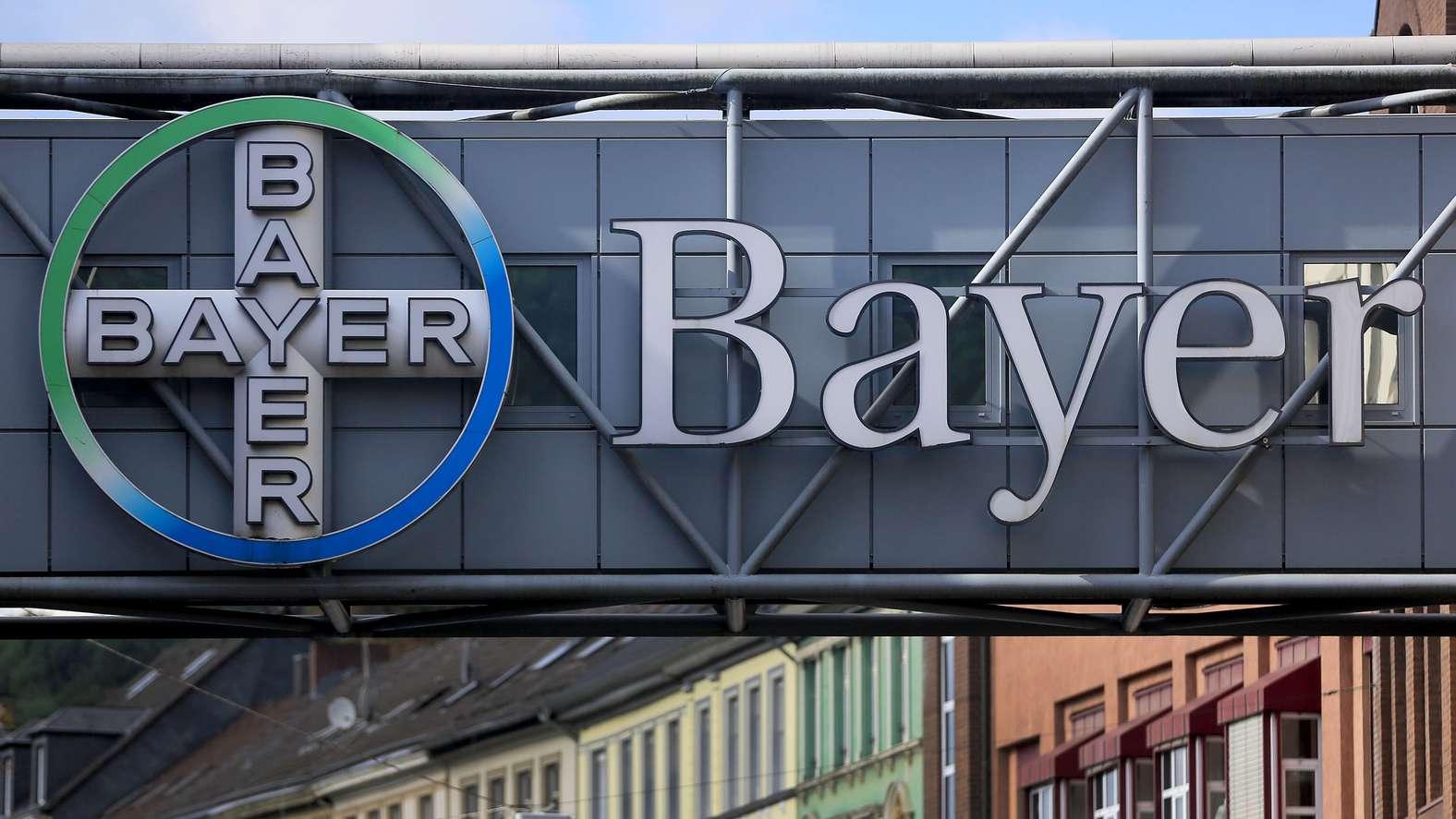 Logo von Bayer vor dem Werk in Wuppertal