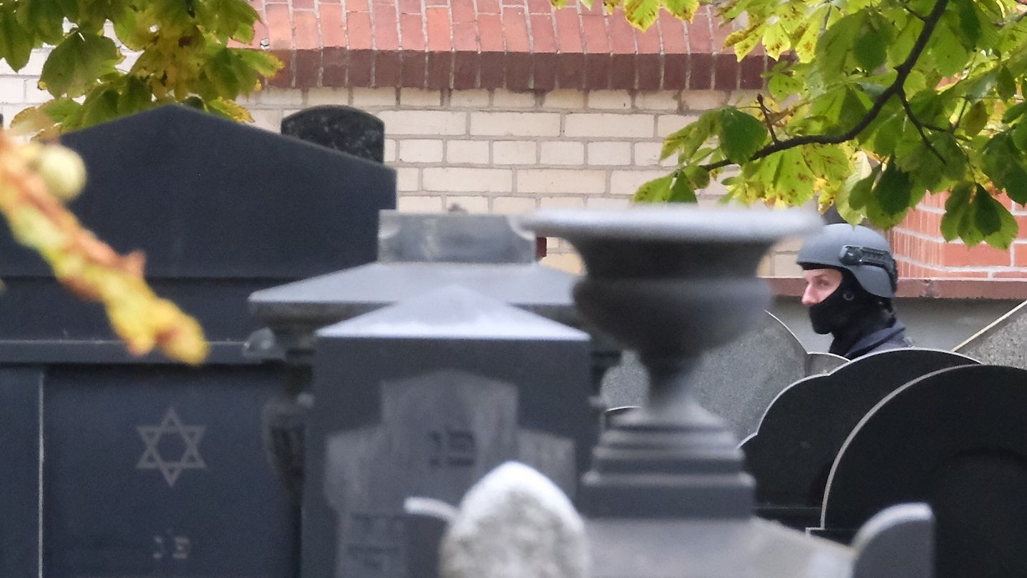 Ein Polizist auf dem jüdischen Friedhof in Halle/Saale nach dem Anschlag.