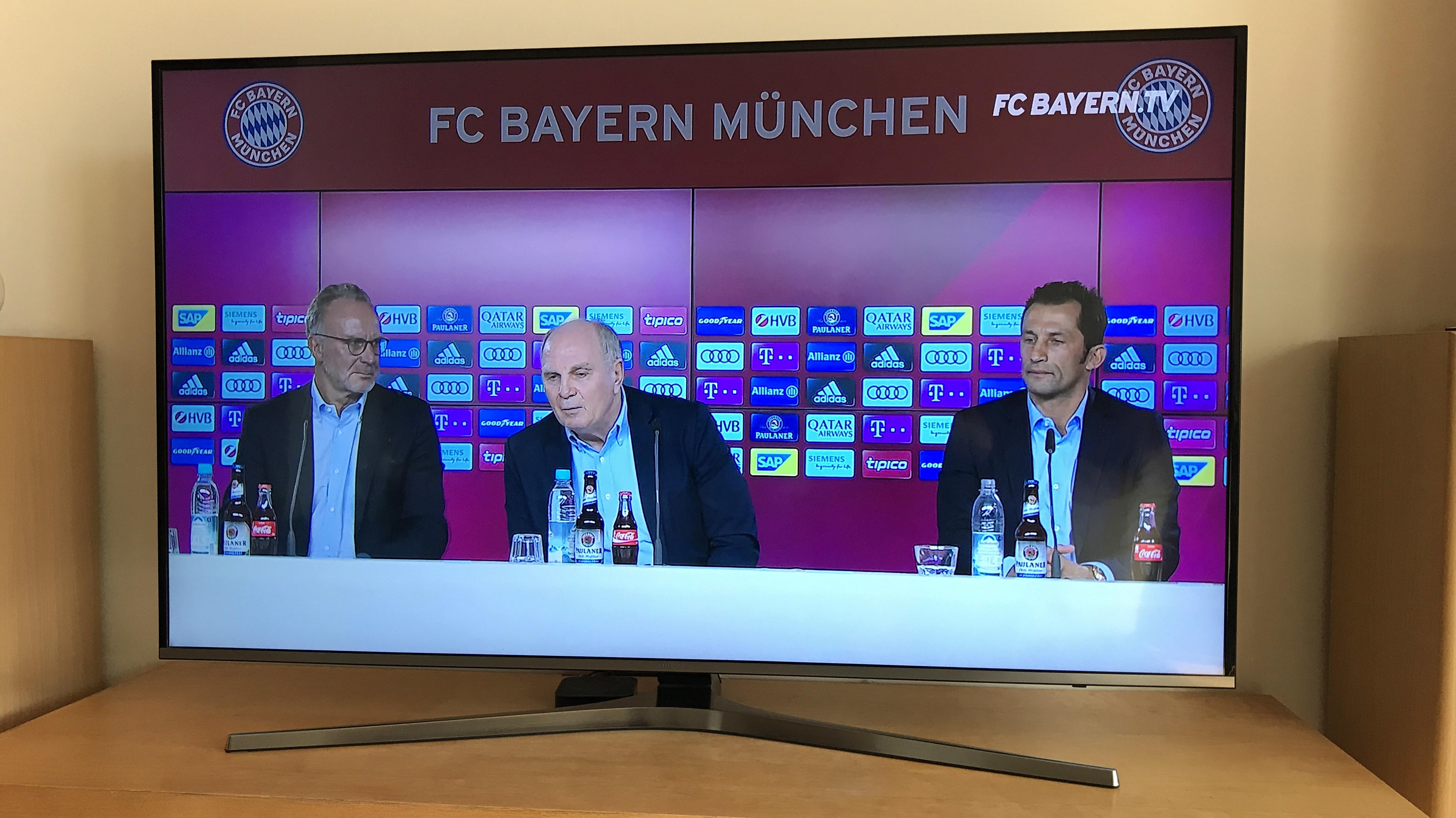 FC-Bayern-Pressekonferenz auf einem TV-Gerät
