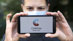Smartphone mit Corona-Warn-App | Bild:Picture Alliance