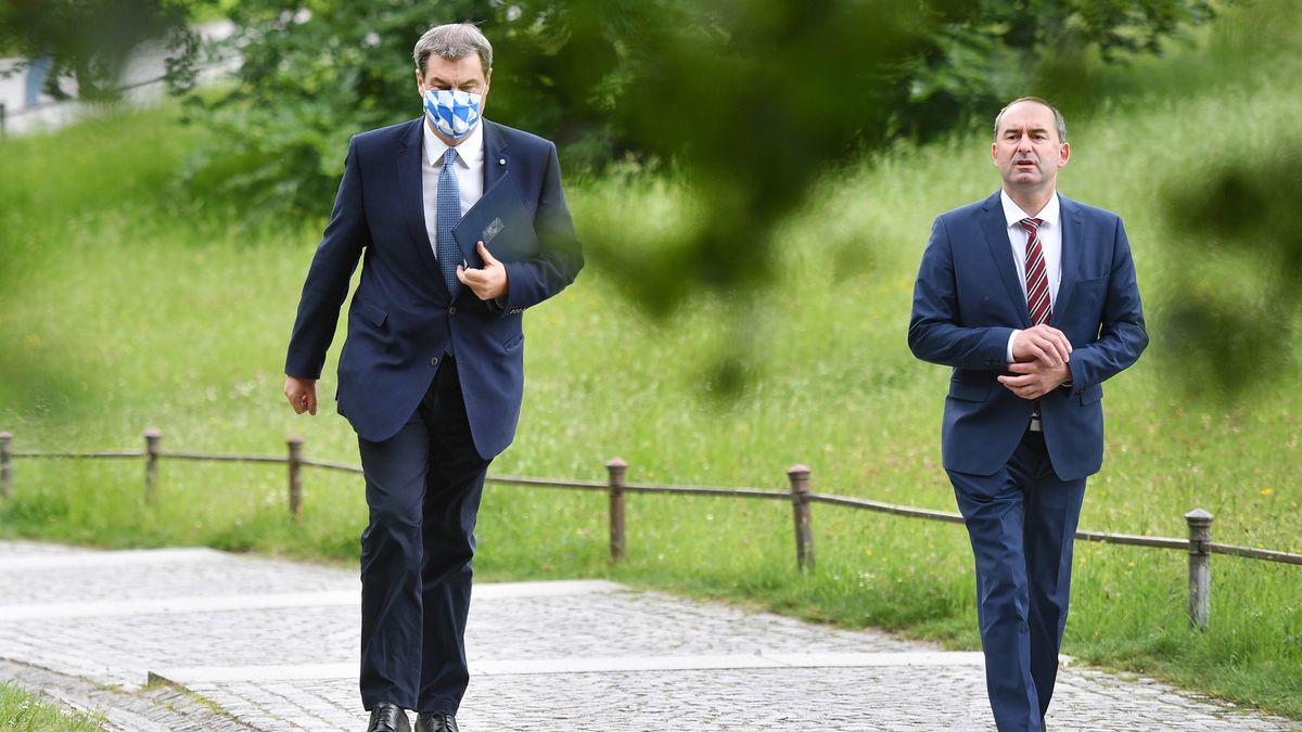 Bayerns Ministerpräsident Söder (CSU, l.) und sein Stellvertreter Hubert Aiwanger (Freie Wähler, r.) am 26. Mai 2020 in München