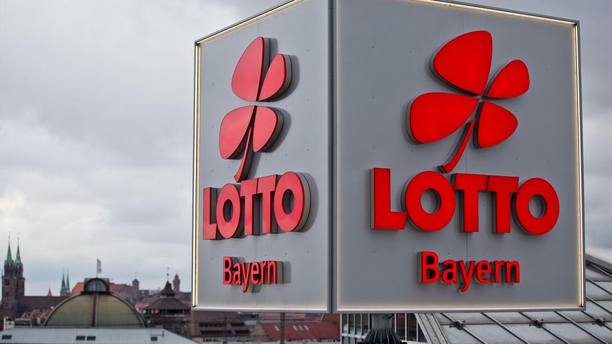 """""""Lotto Bayern""""-Würfel auf dem Dach der Staatlichen Lotterieverwaltung in Nürnberg"""