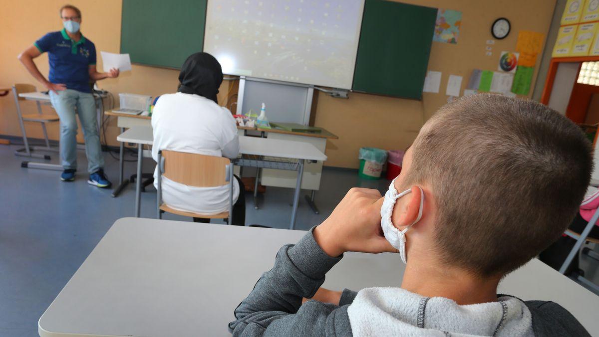 Schüler einer neunten Klasse in Bayern sitzen mit Mundschutz im Klassenzimmer, aufgenommen am 08.09.20.