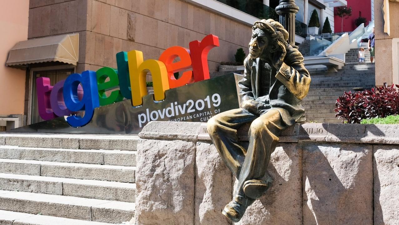 """Die Skulptur """"Milyo der Verrückte"""" und das Wort """"zusammen"""" werben für die  Kulturhauptstadt 2019."""