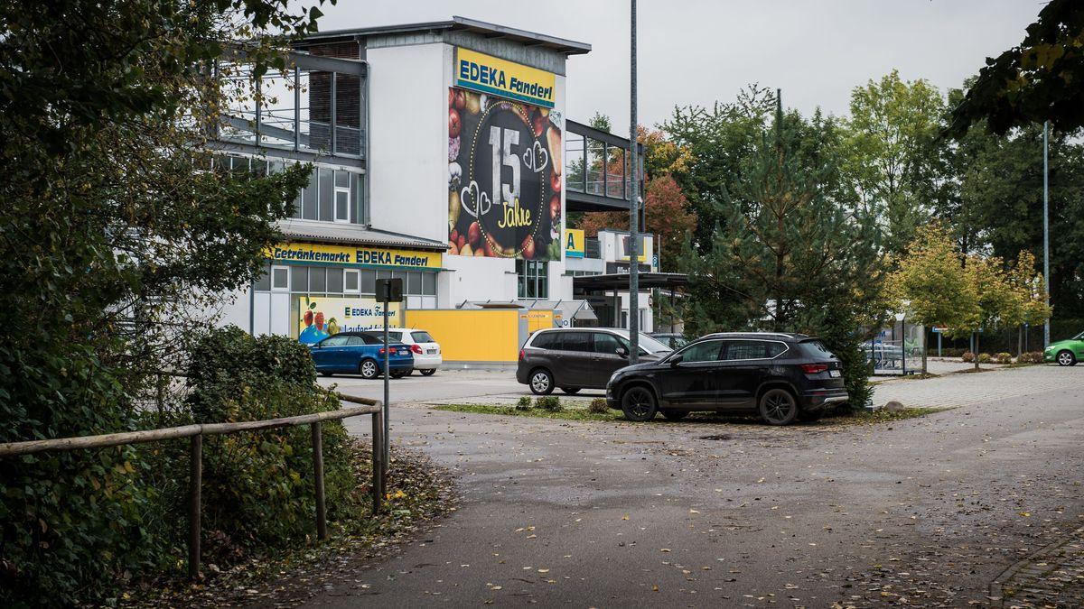 Auf diesem Supermarktparkplatz in Abensberg ist ein 39-jähriger Mann erschossen worden