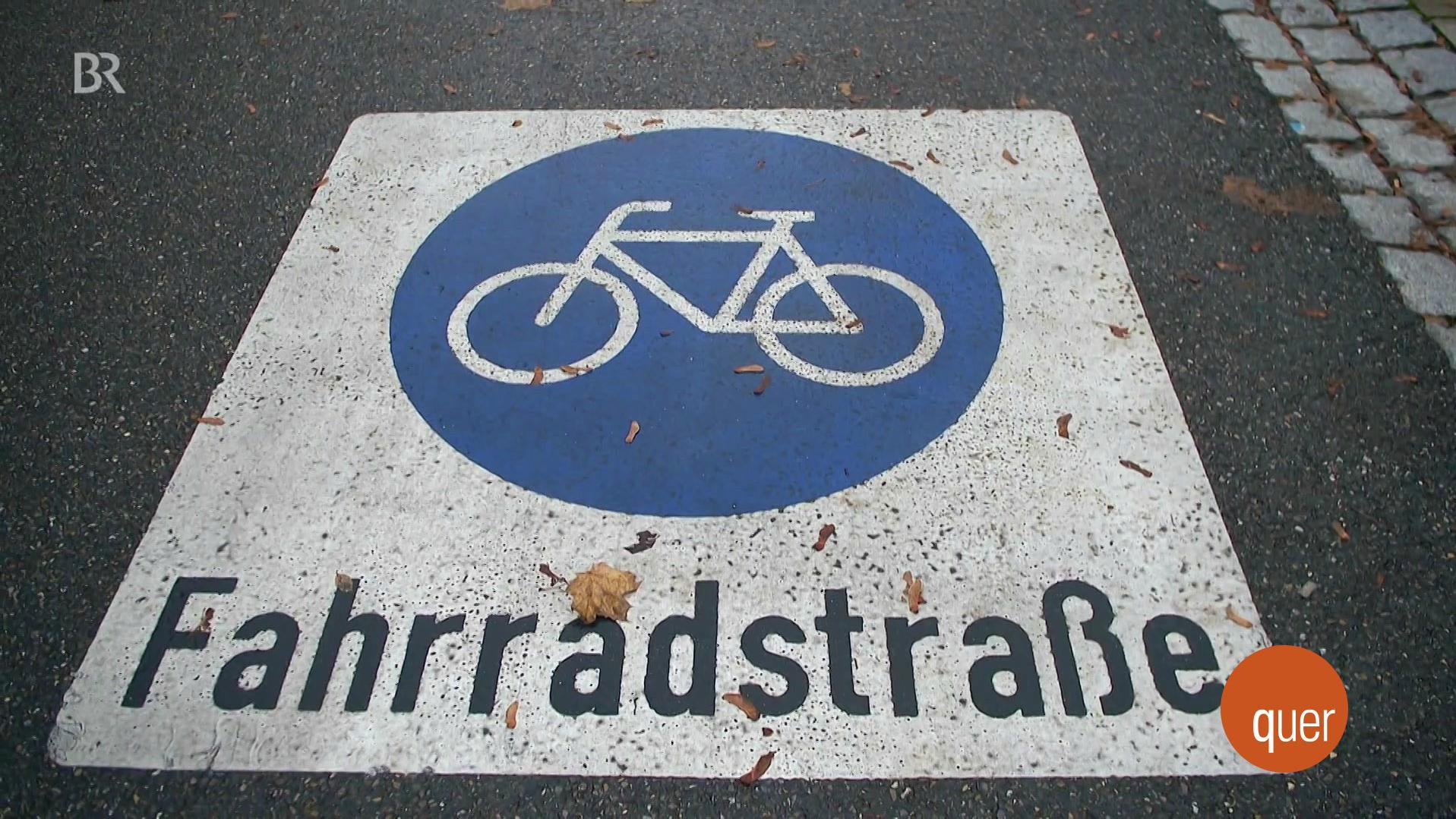 """Auf einer Staße sind die Aufschrift """"Fahrradstraße"""" und ein Fahrrad-Symbol angebracht."""