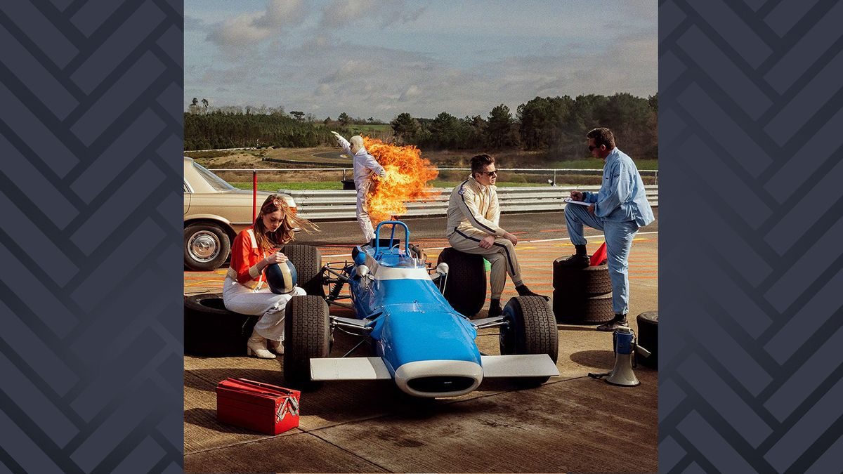 """CD-Cover """"Grand Prix"""" von Benjamin Biolay: Zwei junge Männer und eine Frau auf einem Rennwagen, im Hintergrund ein Mann mit brennendem Anzug"""