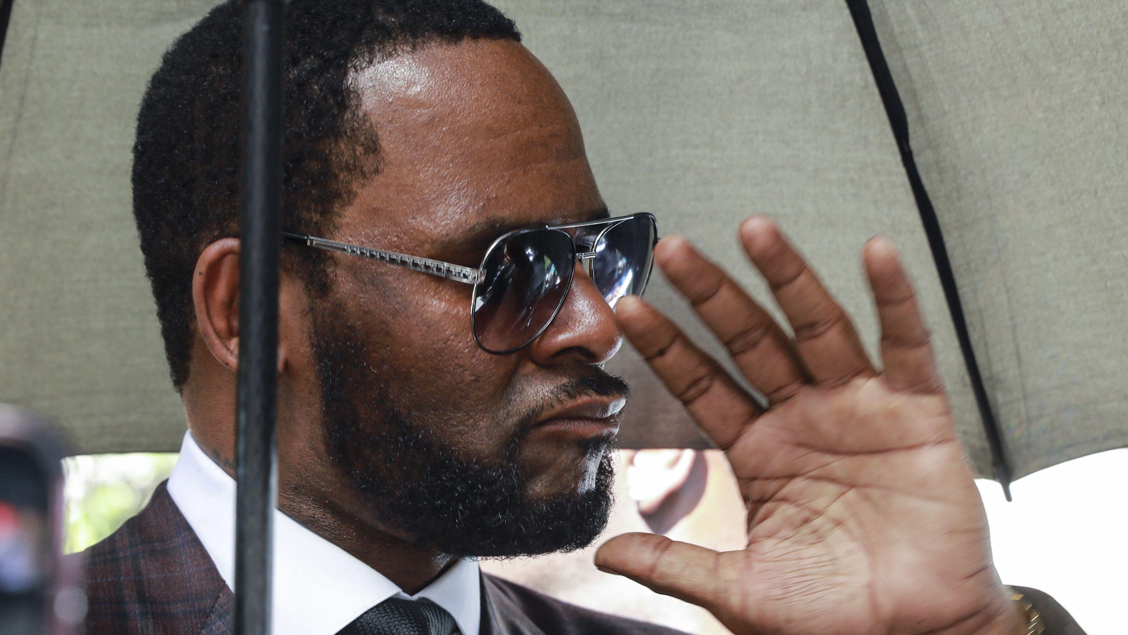 26.06.2019: Sänger R. Kelly beim Verlassen eines Gerichtsgebäudes in Chicago