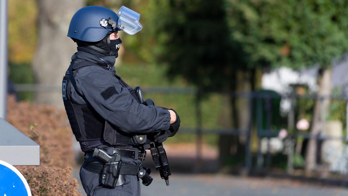 Polizeibeamter mit schusssicherer Weste
