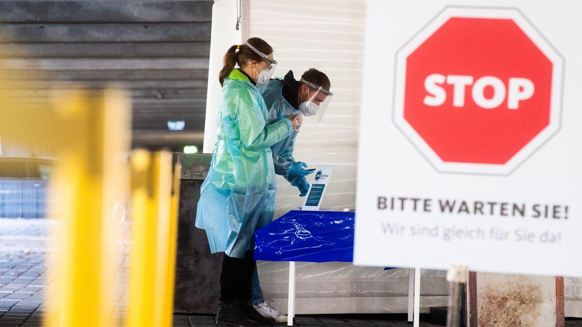 """Helfer bereiten im """"Testzentrum am Zoo"""" Schnelltests auf das Coronavirus für Autofahrer vor"""