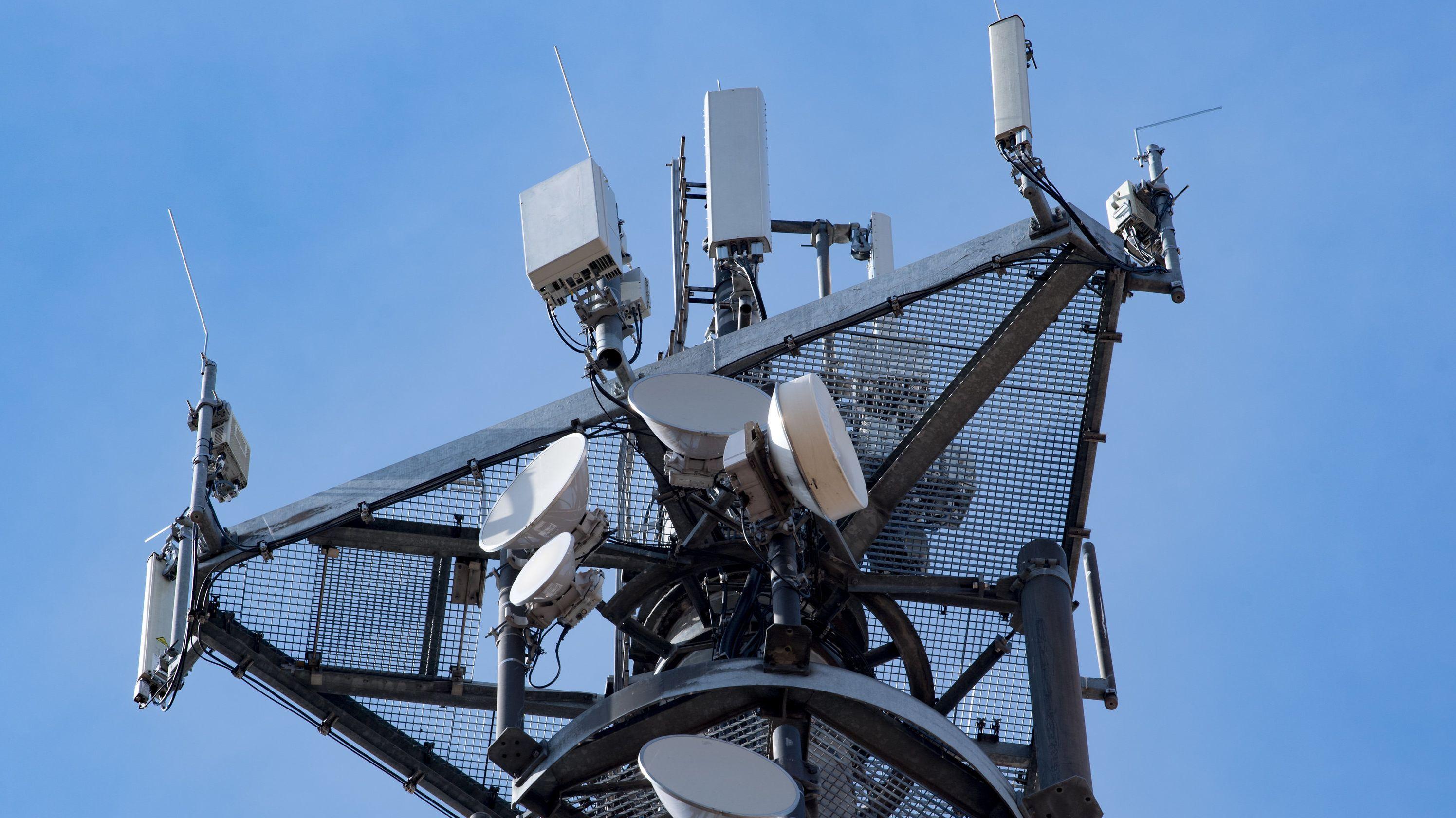 Ein Funkmast mit Modulen für die neue Mobilfunk-Generation 5G.