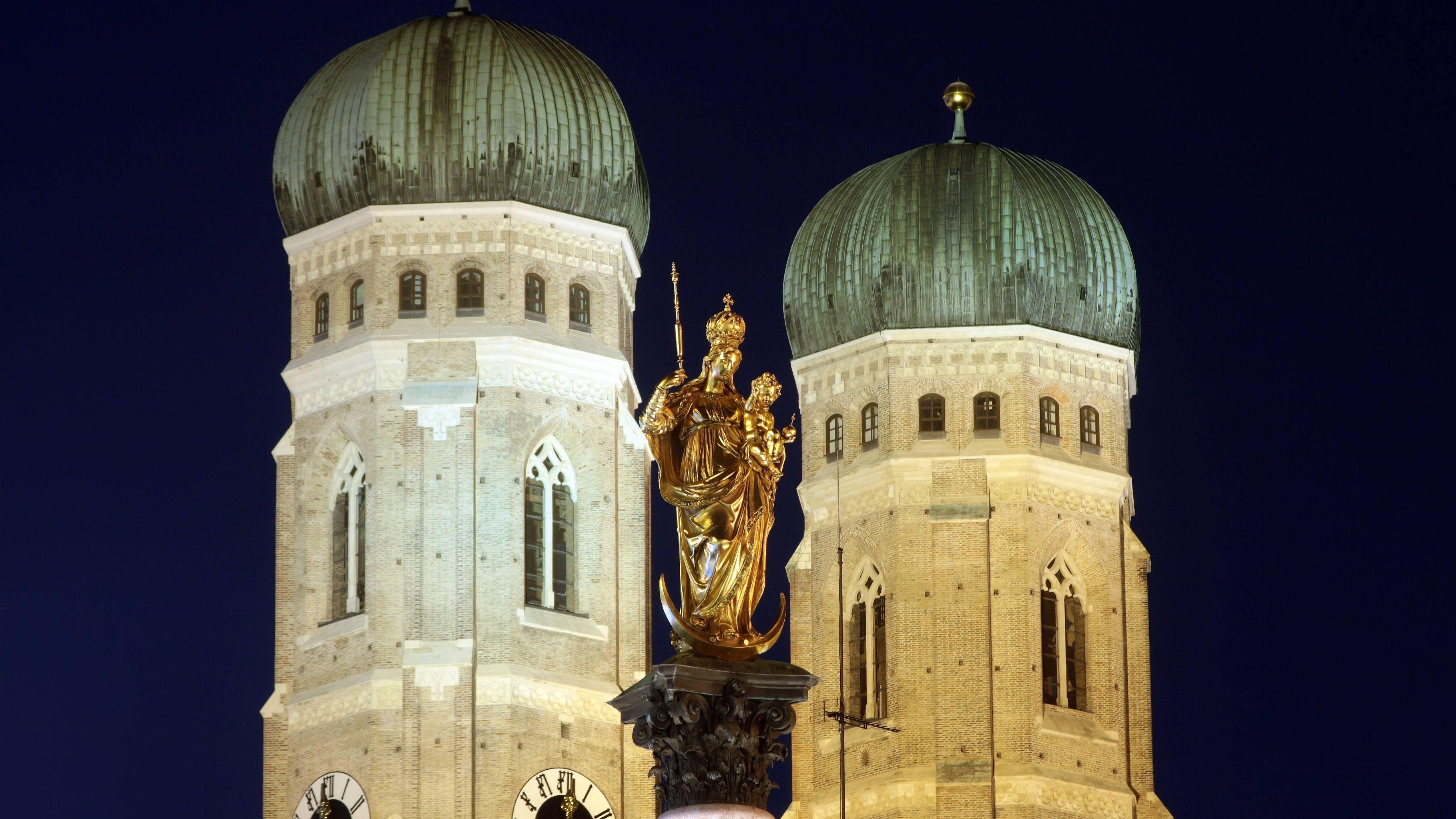 Die Münchner Frauenkirche wird bei Nacht fürstlich angestrahlt (Archivbild)