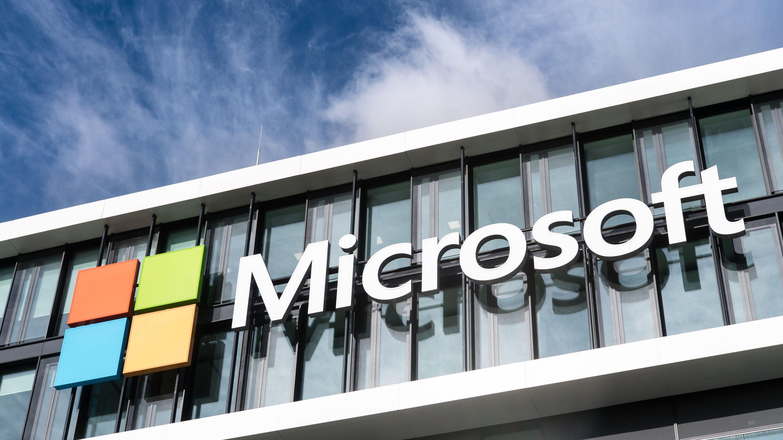 Das Logo von Microsoft an der Fassade der Deutschland-Zentrale