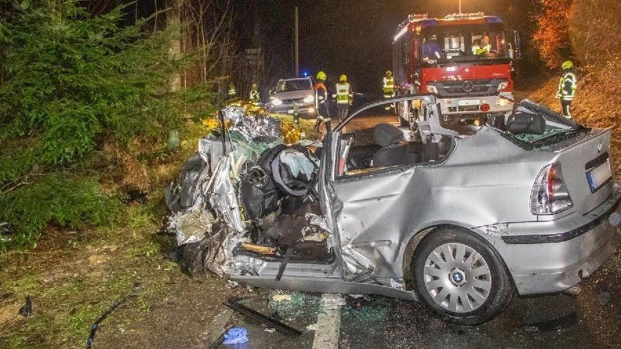 Zertrümmerter BMW des Unfallversursachers