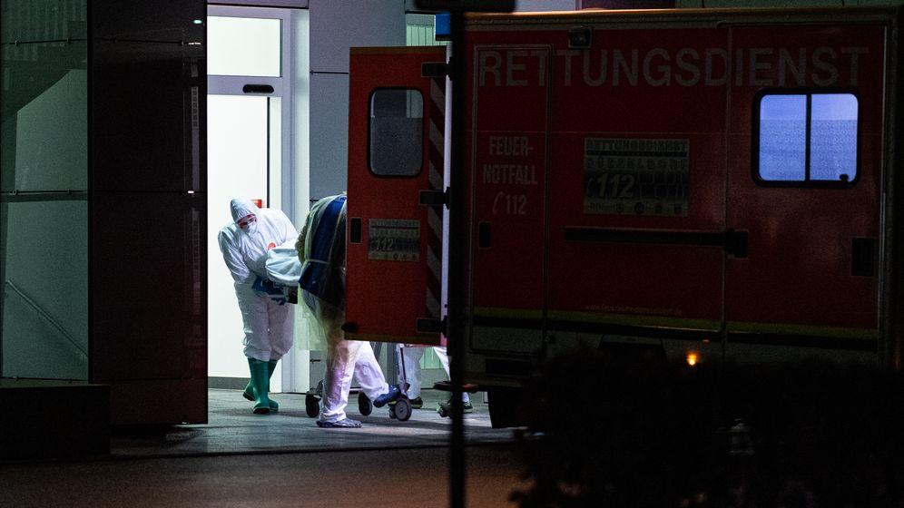 Mitarbeiter des Universitätsklinikum in Düsseldorf nehmen einen mit dem Coronavirus Infizierten in NRW in Empfang. | Bild:pa/dpa