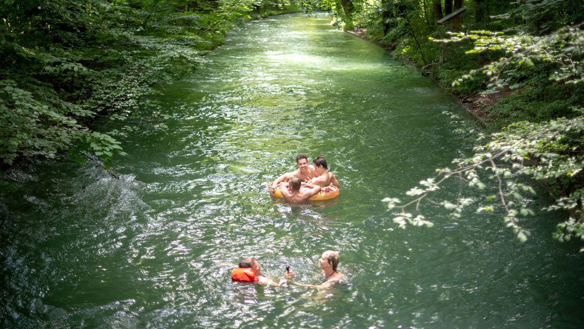 Menschen baden im Eisbach in München (Symbolbild)