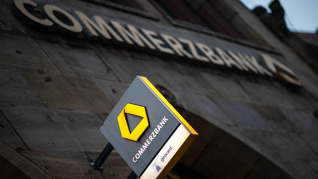 Nürnberg: Das Logo der Commerzbank hängt an der Außenfassade Filiale. Die Commerzbank will bis 2024 brutto rund 10 000 Vollzeitstellen abbauen.