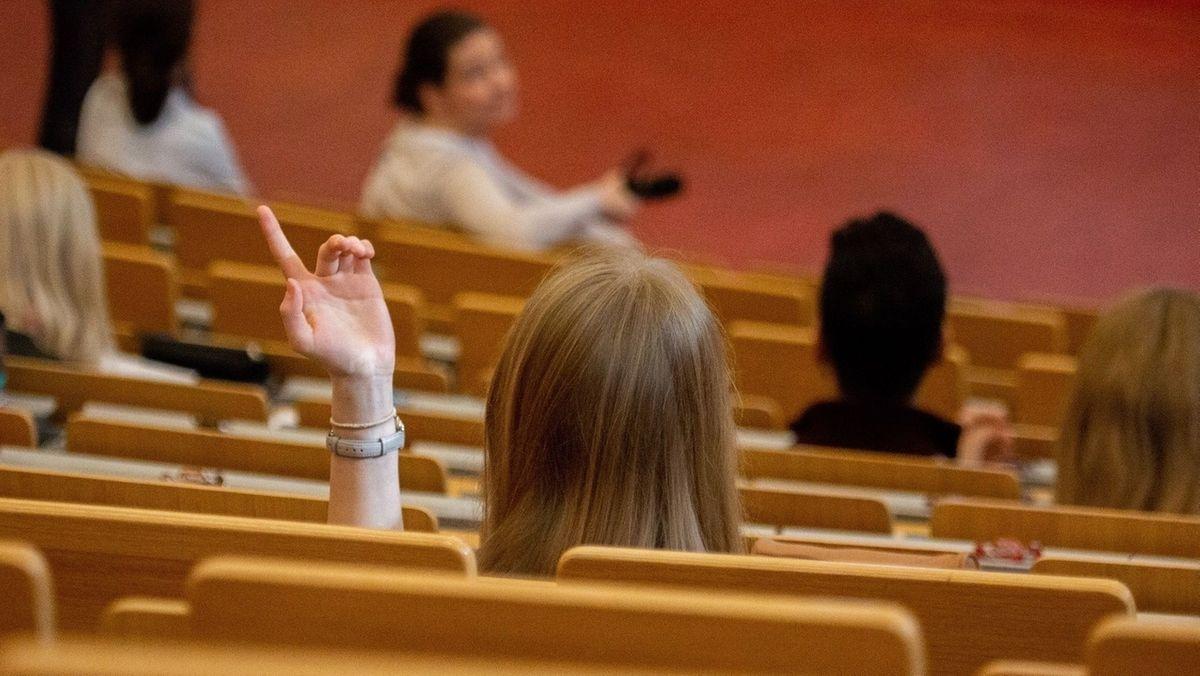 Studierende verfolgen eine Vorlesung in einem Hörsaal.