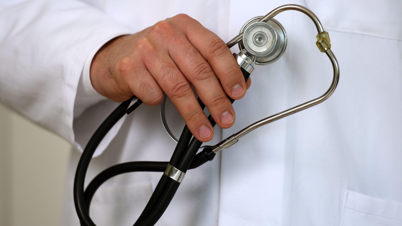 Hand mit Stethoskop