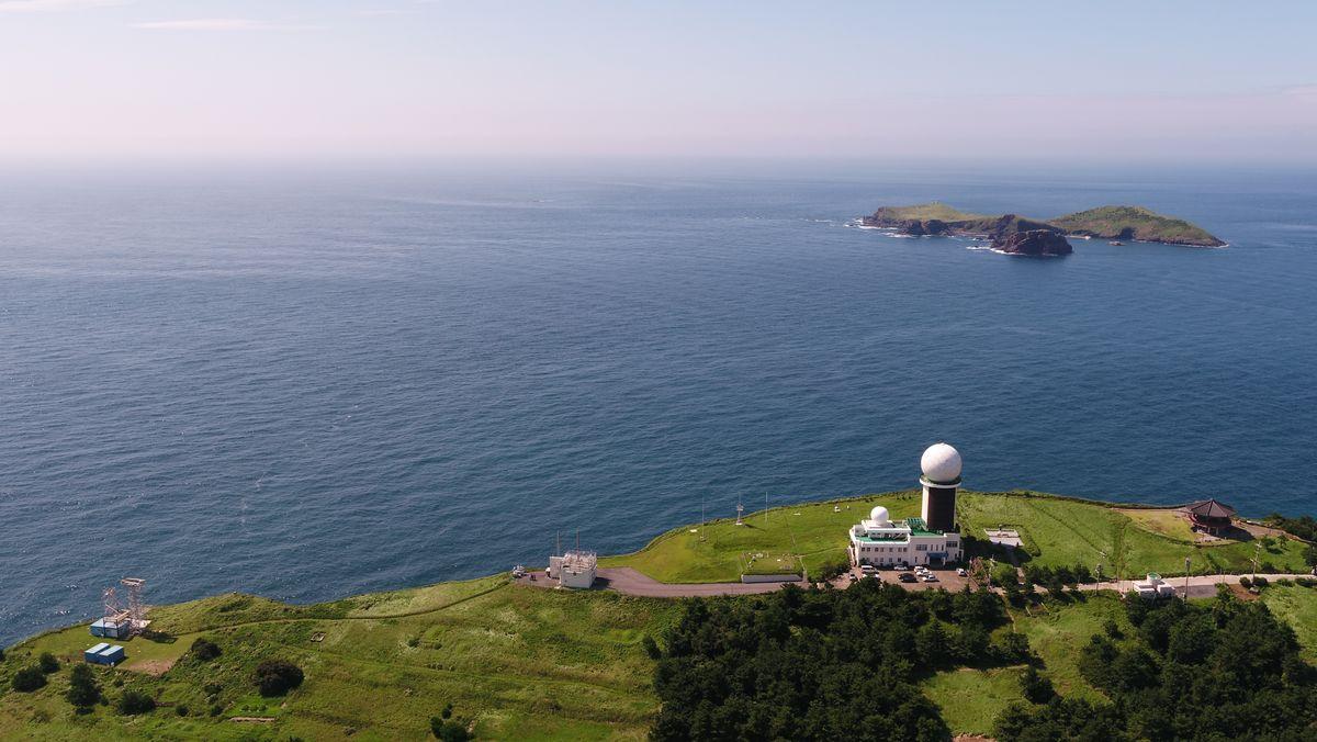 Auf dem Bild sieht man die Messstation Gosan auf der südkoreanischen Insel Jeju, im Hintergrund das Meer.