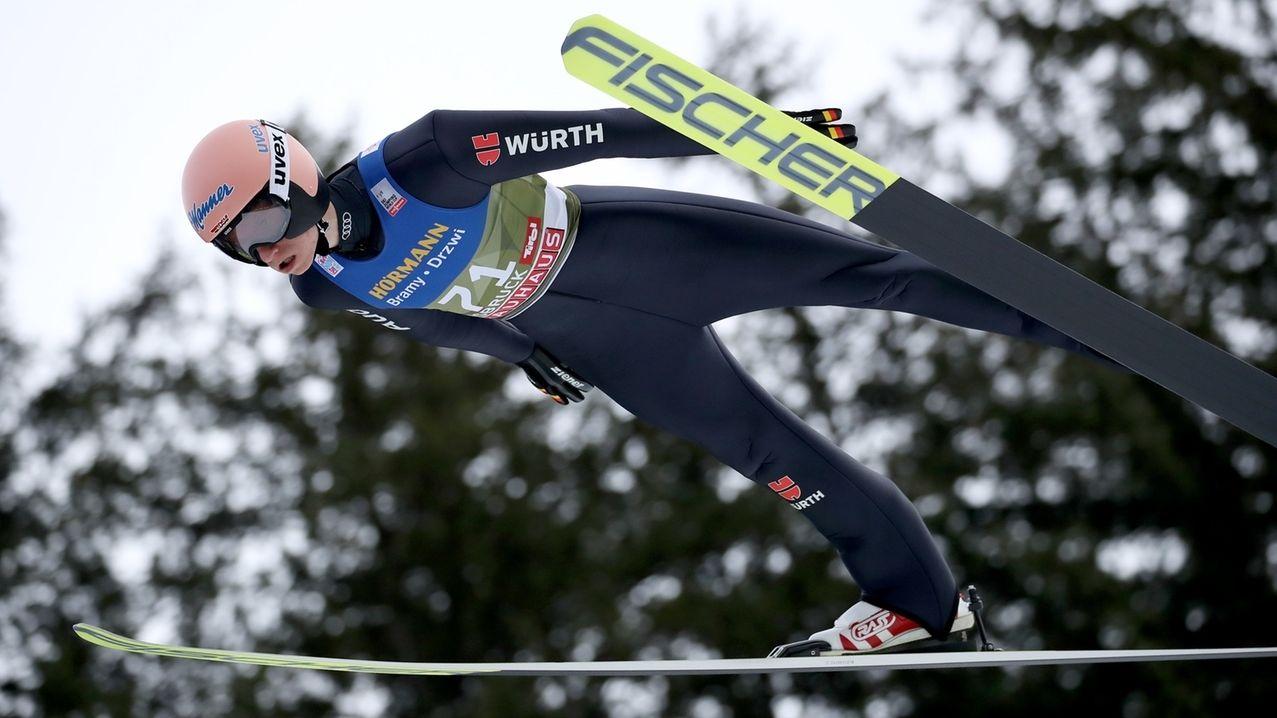 Karl Geiger springt beim Qualifikationsdurchgang in Innsbruck.