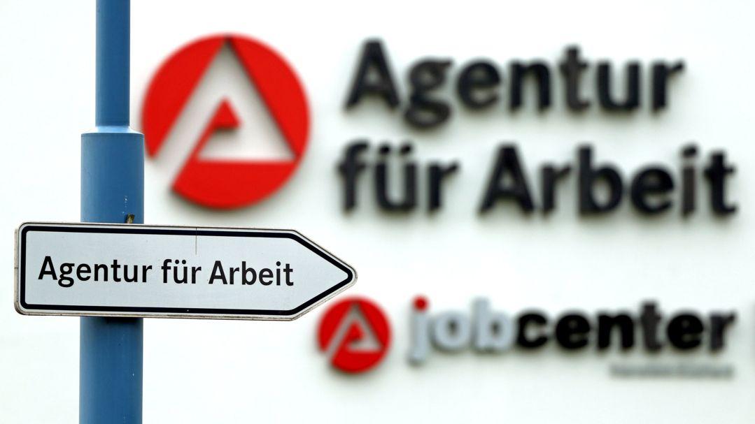 Sachsen-Anhalt, Sangerhausen: Ein Schild weist den Weg zur Agentur für Arbeit.