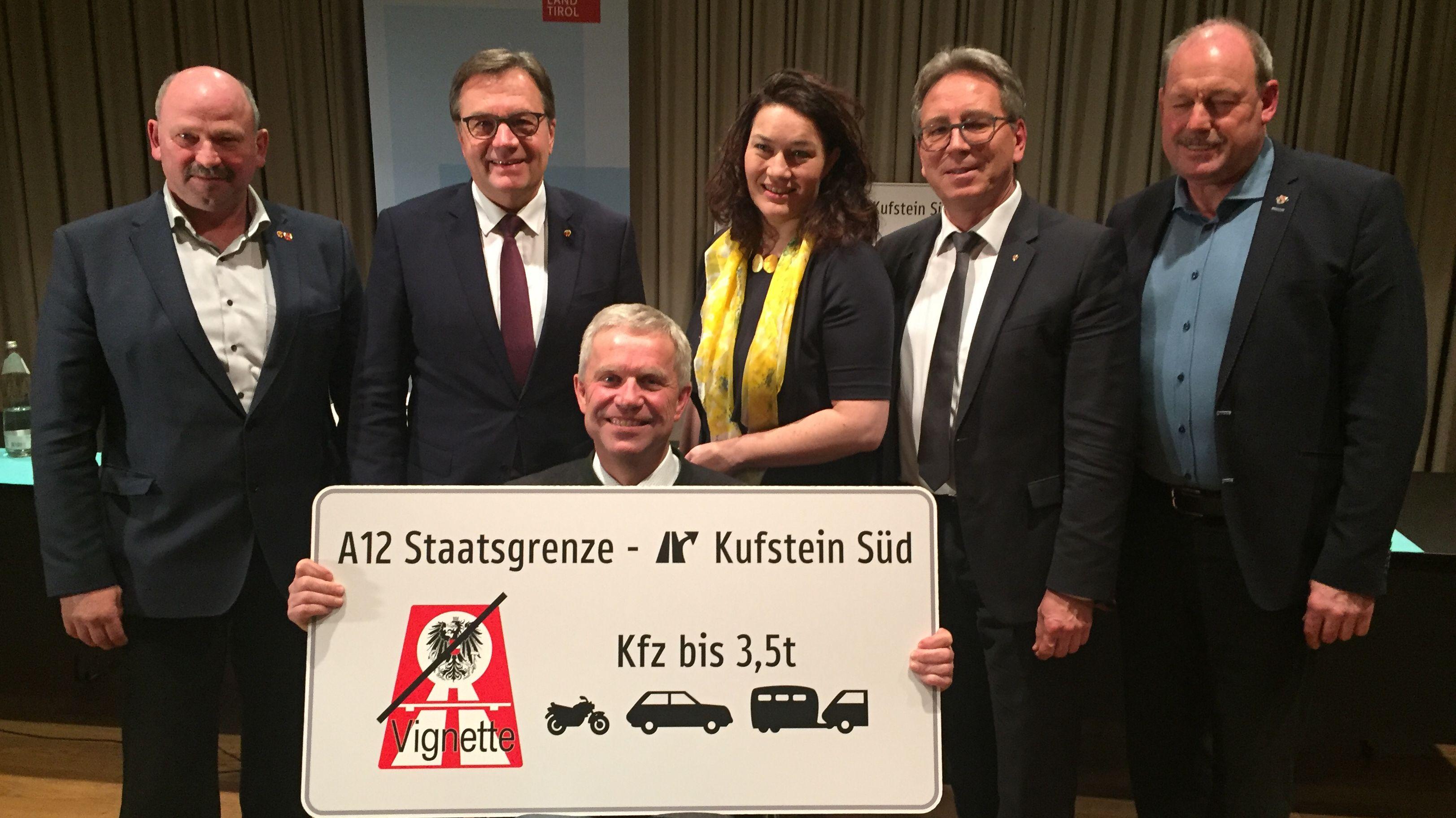 Gruppenbild mit dem Tiroler Landeshauptmann Günther Platter und dem Kiefersfeldener Bürgermeister Hajo Gruber (vorne)