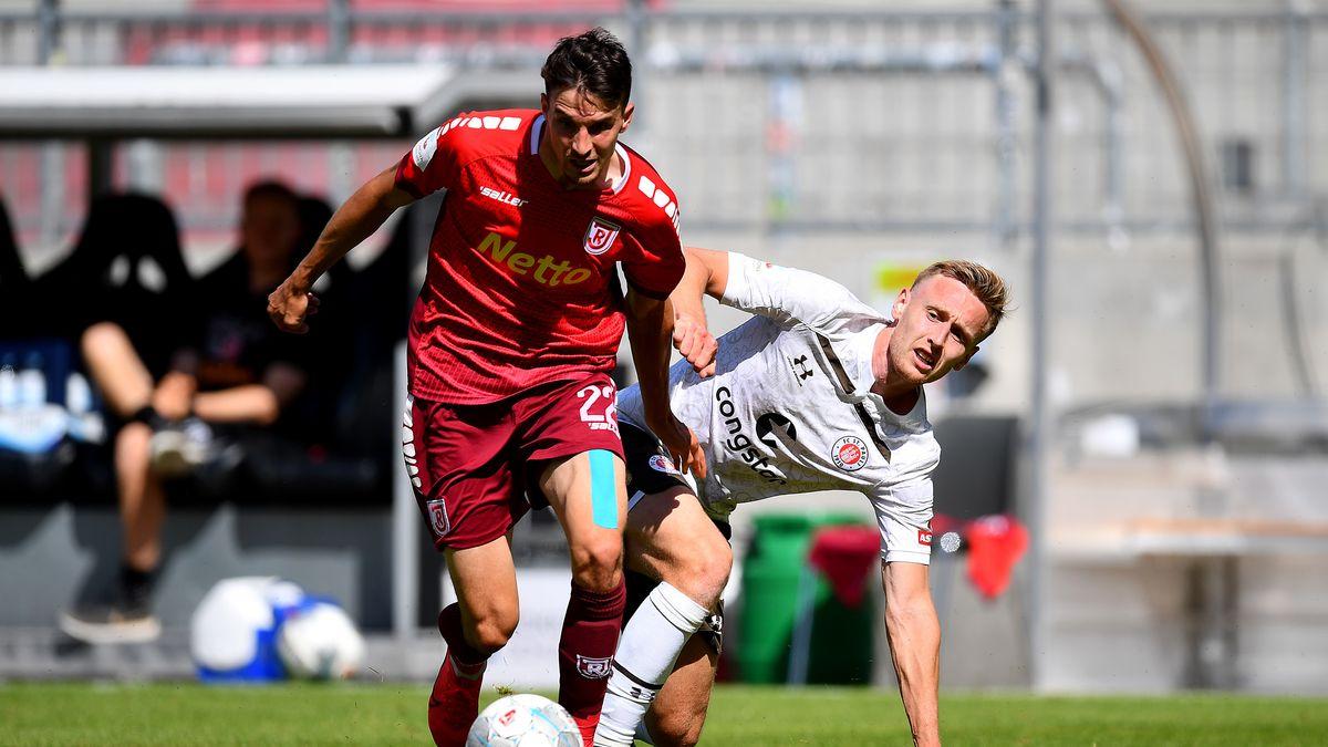 Spielszene FC St. Pauli - Jahn Regensburg