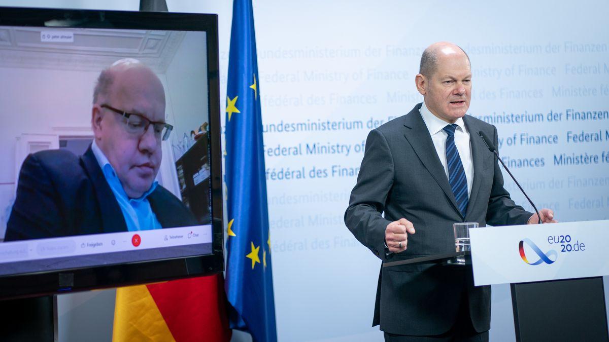 27.11.2020, Berlin: Olaf Scholz (r., SPD), Bundesminister der Finanzen, und Peter Altmaier (CDU - via Video zugeschaltet), Bundesminister für Wirtschaft und Energie, geben im Finanzministerium eine Pressekonferenz.
