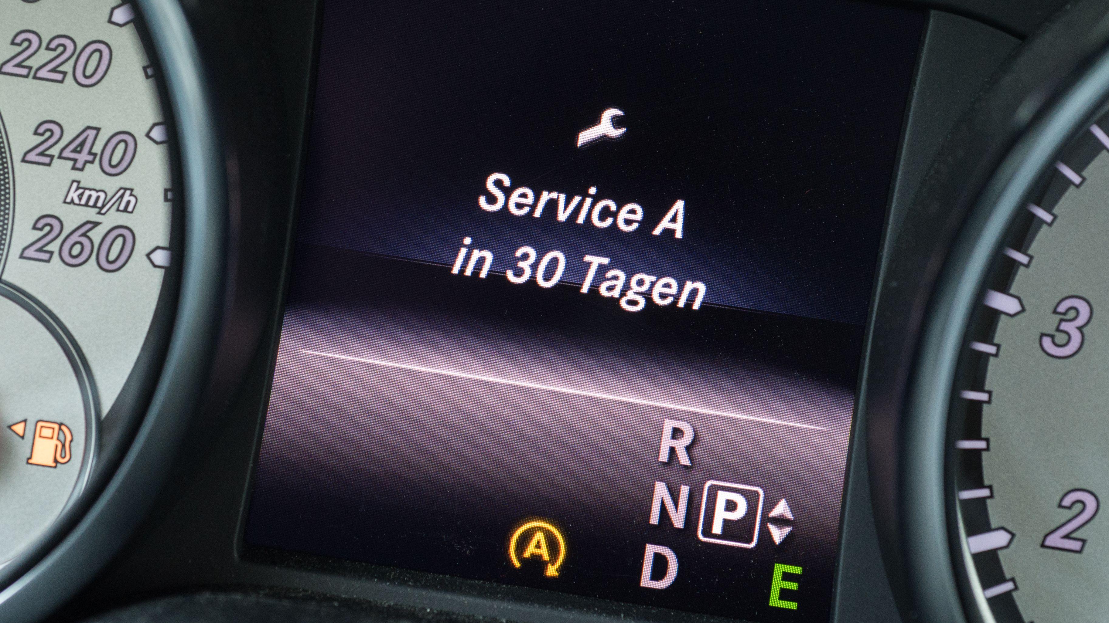 Servicehinweis im Display eines Autos