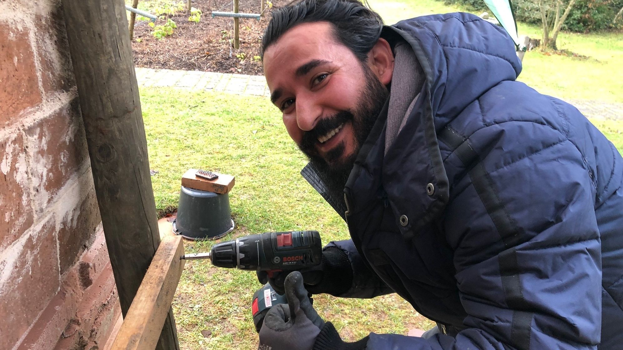 Ein syrischer Flüchtling arbeitet jetzt als  Hausmeister bei den Erlöserschwestern.