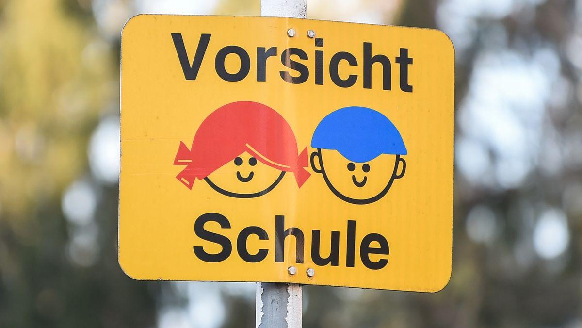 """Vor einer Grundschule steht ein Schild mit der Aufschrift """"Vorsicht Schule"""""""