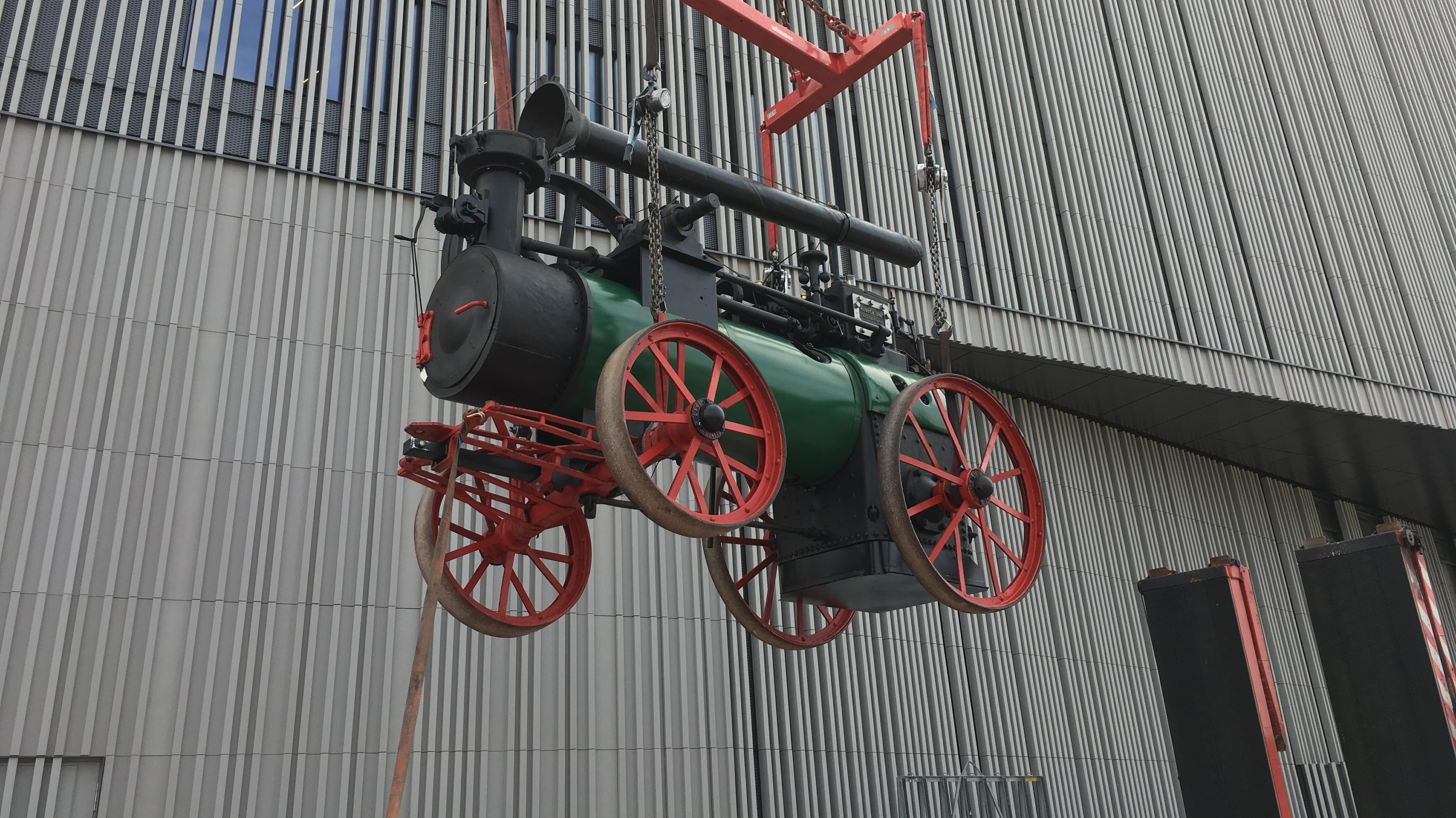 Das erste und schwerste Exponat für das Bayern-Museum wird angeliefert: eine mehr als 100 Jahre alte, landwirtschaftliche Dampfmaschine.