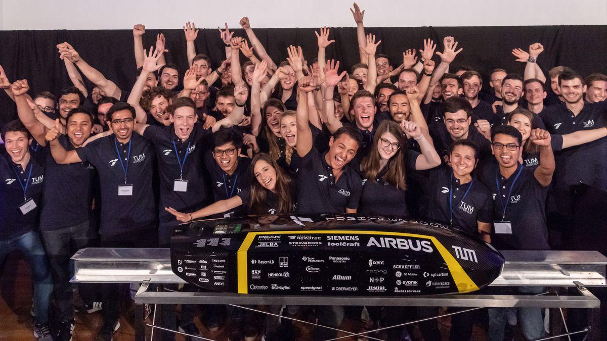 Hyperloop-Team der TU München mit Pod
