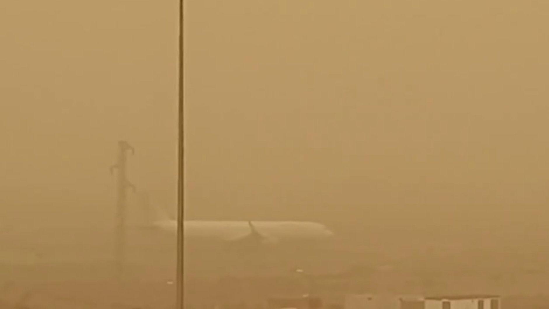 Ein Sahara-Sandsturm hat die Kanarischen Inseln weiter im Griff. Nachdem am Wochenende vorübergehend alle Flughäfen der zu Spanien gehörenden Inseln geschlossen wurden, fiel heute für alle Schüler der Unterricht aus.