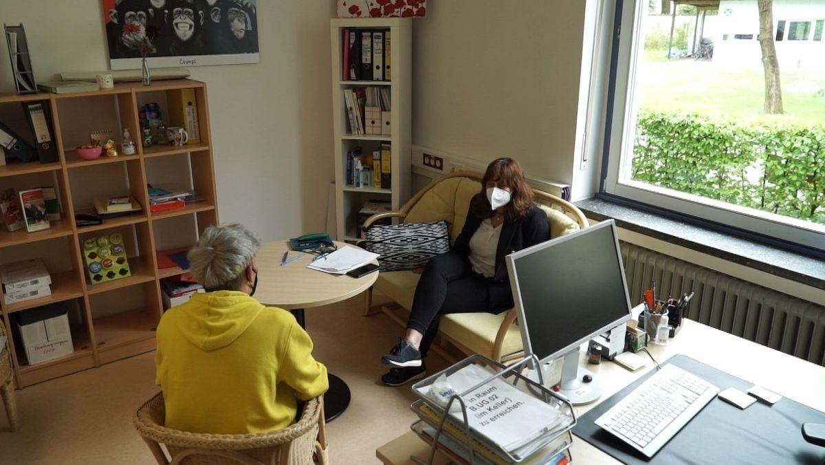 Schüler Niklas im Gespräch mit Schulpsychologin Heike Wilkening.