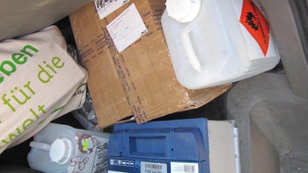 Pakete und Kanister ohne richtige Sicherung im Zustellfahrzeug