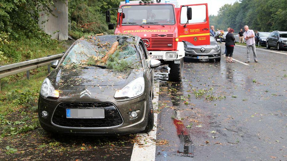 Ein demoliertes Auto steht auf der A45 am Straßenrand.