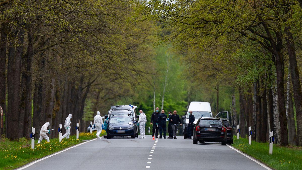 Ermittler am Fundort des toten Mädchens nahe dem  niedersächsischen Bispingen
