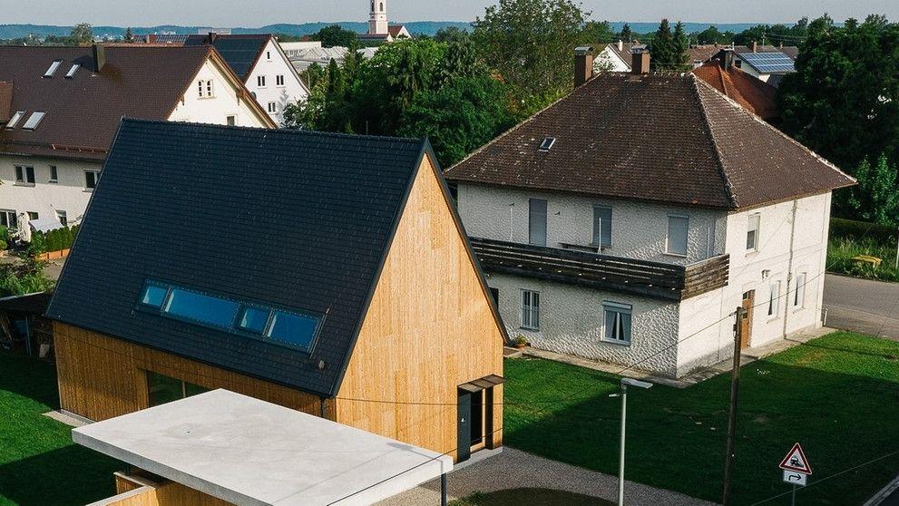 Ein modernes Holzhaus, das fast wie eine Kirche anmutet.
