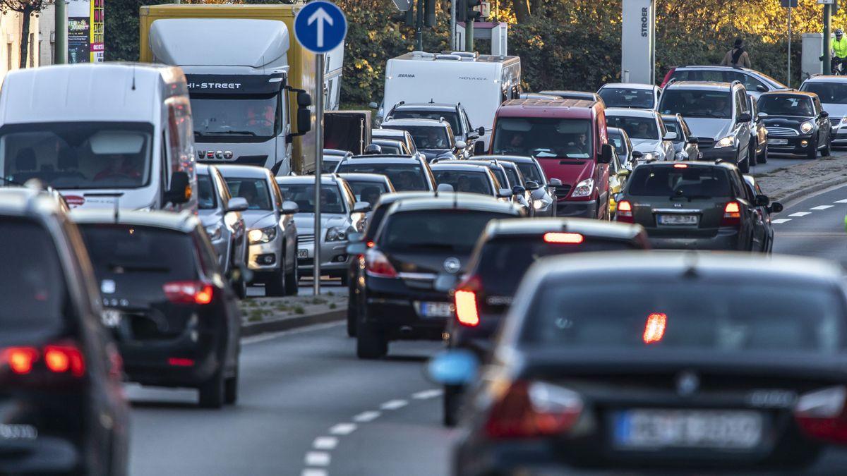 Straßenverkehr in der Großstadt (Symbolbild)