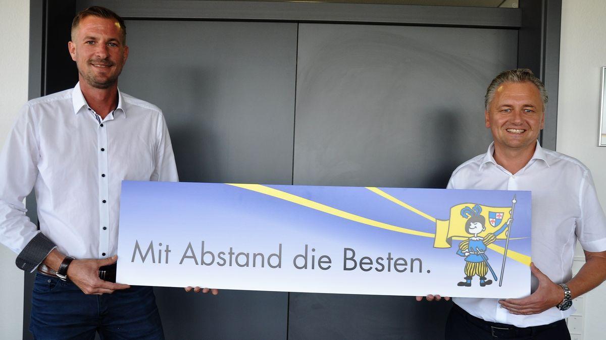 Karlstadts Gesellschaftspräsident Jochen Schmied und Sitzungspräsident Peter Heßler präsentieren das neue Motto
