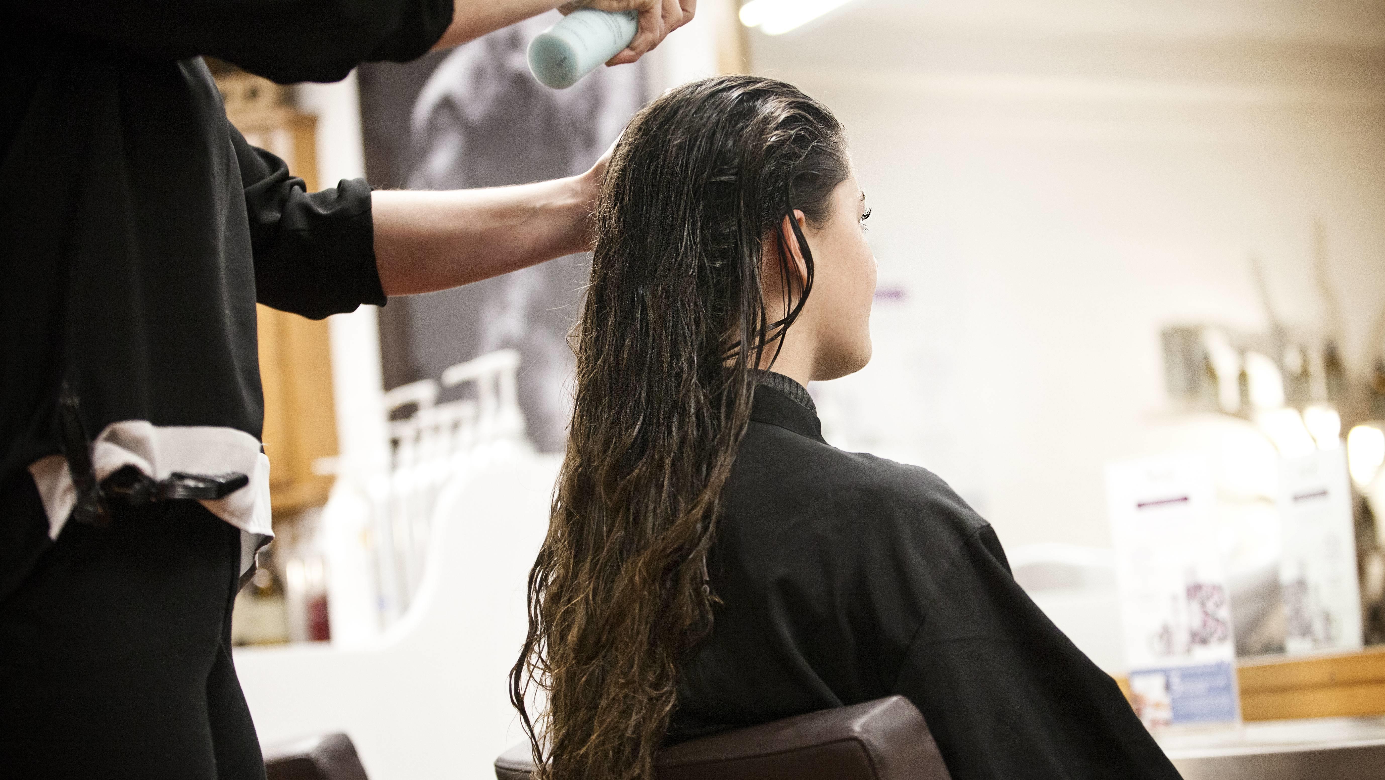 Kundin beim Friseur (Symbolbild)