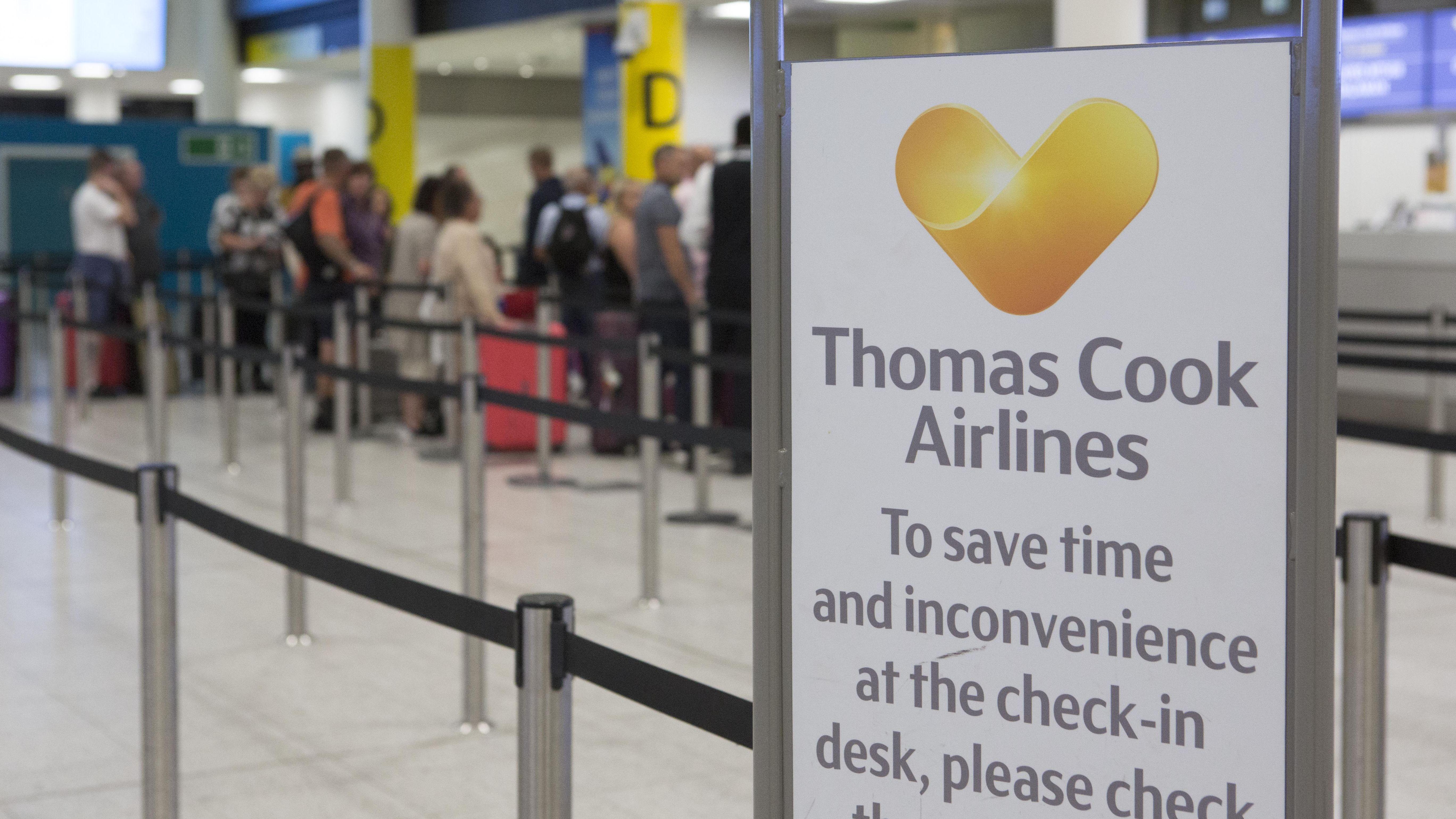 Check-in-Schalter des Reiseveranstalters Thomas Cook am Londoner Flughafen Gatwick.